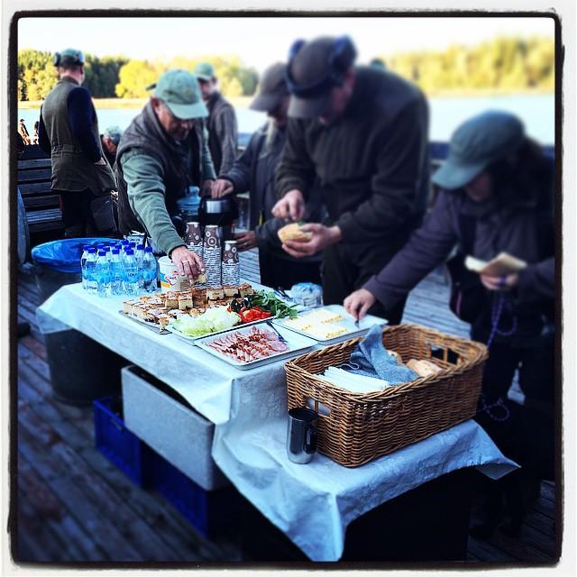 Eftermiddagskaffe serverat vid havet. Vi älskar vårt varierade jobb!